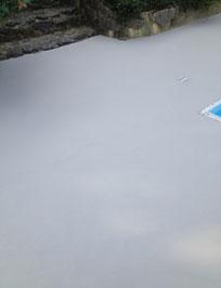 Application de béton ciré en contour de piscine