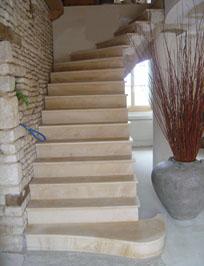 Pose de marbre sur escalier